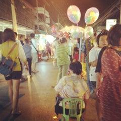 Photo taken at ถนนคนเดินวัวลาย (Wualai Saturday Nightmarket) by vvaranya P. on 4/21/2012