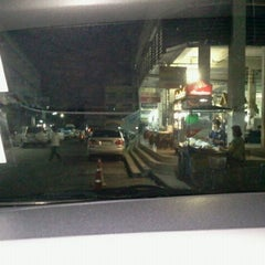 Photo taken at คิวรถตู้ BH (BH Van Stand) by yingnakra s. on 3/6/2012