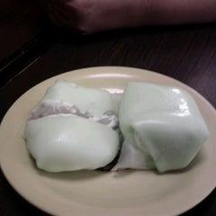 Photo taken at Honeymoon Dessert by Lydia P. on 8/25/2012