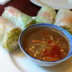 Photo taken at Le's Vietnamese Restaurant by AH YEON M. on 5/13/2012