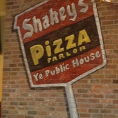 Photo taken at Shakey's Pizza Parlor by Sam R. on 5/24/2012