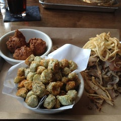 Photo taken at Doc Crow's Southern Smokehouse & Raw Bar by Monnie on 3/27/2012