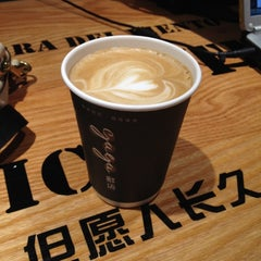 Photo taken at 24小时书吧 24 Hours Bookbar by Sally Y. on 3/10/2012
