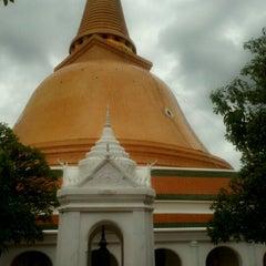 Photo taken at วัดพระปฐมเจดีย์ฯ (Wat Phra Pathom Chedi) by Ann A. on 7/1/2012