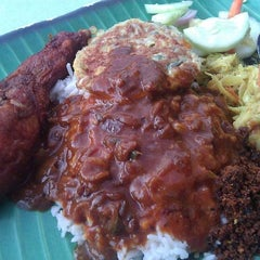 Photo taken at Restoran Original Penang Kayu Nasi Kandar by John O. on 2/28/2012