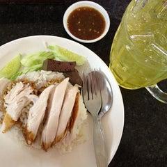 Photo taken at ข้าวมันไก่ไหหลำ ปากน้ำ by Napaprae T. on 8/16/2012