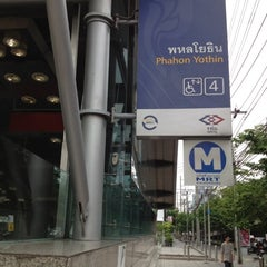 Photo taken at MRT พหลโยธิน (Phahon Yothin) PHA by Tanaphat S. on 5/25/2012