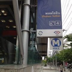 Photo taken at MRT พหลโยธิน (Phahon Yothin) PHA by Tanaphat S. on 5/25/2012