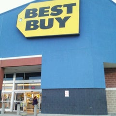 Photo taken at Best Buy by Fabia R. on 2/2/2012