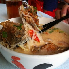 Photo taken at Woo Pin Fish Head Noodles by Kai-Loon Y. on 2/26/2012
