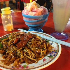 Photo taken at Wai Sek Kai 為食街 by Eirene Adrasteia X. on 6/7/2012