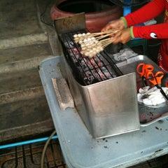 Photo taken at ลูกชิ้นปิ้งจ่าแจ่ม by PoPpY on 2/19/2012