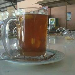 Photo taken at Rumah Makan GAPURO by Afrinaldy on 4/13/2012