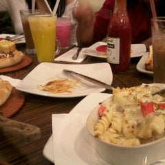 Photo taken at Pizza Hut by Nurianti d. on 8/21/2012