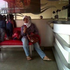 Photo taken at PHD - Pizza Hut Delivery by Eko S. on 4/14/2012