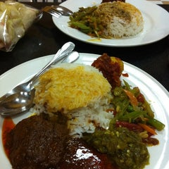 Photo taken at Minang Indonesian Restaurant by Myrna R. on 9/4/2012
