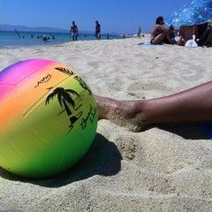 Photo taken at Παραλία Πλάκας (Plaka Beach) by Ninar Q. on 8/6/2012
