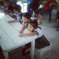Photo taken at โรงเรียนพร้อมพรรณวิทยา by โอ่ง ค. on 6/25/2012
