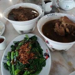 Photo taken at 宝香绑线肉骨茶 (Pao Xiang Bak Kut Teh) by Douglas Y. on 6/20/2012