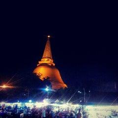 Photo taken at วัดพระปฐมเจดีย์ฯ (Wat Phra Pathom Chedi) by kantikul w. on 8/4/2012