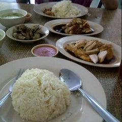 Photo taken at Restoran Nasi Ayam Malaysia by Nismah S. on 3/1/2012