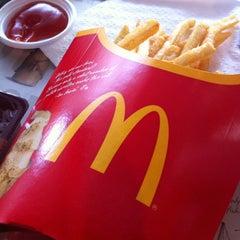 Photo taken at McDonald's & McCafé (แมคโดนัลด์ & แมคคาเฟ่) by ชอบความจริงใจ ค. on 4/11/2012