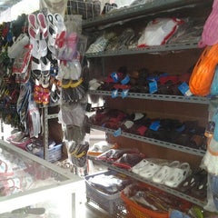 Photo taken at ตลาดบ้านแพ้ว by puyjuthamas on 8/26/2012