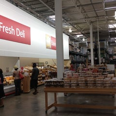 Photo taken at BJ's Wholesale Club by Mee Kittiphong on 7/14/2012