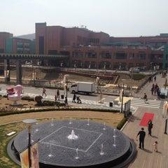 Photo taken at 롯데프리미엄아울렛 (LOTTE Premium Outlets) by Hyuk Jin S. on 4/15/2012
