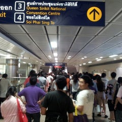 Photo taken at MRT ศูนย์การประชุมแห่งชาติสิริกิติ์ (Queen Sirikit National Convention Centre) SIR by Sitthiporn J. on 6/10/2012