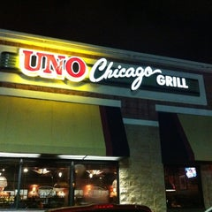 Photo taken at Uno Chicago Grill by Ricardo M. on 6/17/2012