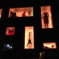 Photo taken at Hard Rock Café Mumbai by Thaine C. on 3/13/2012