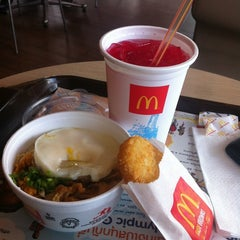 Photo taken at McDonald's & McCafé (แมคโดนัลด์ & แมคคาเฟ่) by Miewky P. on 4/19/2012