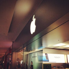 Photo taken at Apple Store, Dadeland by Kaysha on 9/4/2012