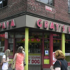 Photo taken at Gray's Papaya by Vladimir V. on 8/7/2012