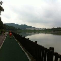 Photo taken at 율동공원 (Yuldong Park) by Hyun Hee L. on 8/18/2012