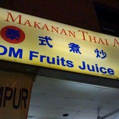 Photo taken at Restoran Makanan Thai Asli / Om Fruit Juice by Wan Azmalina on 3/9/2012