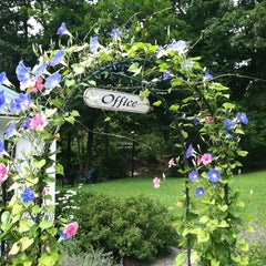 Photo taken at The Woodstock Inn on the Millstream by Jay W. on 7/7/2012