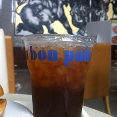 Photo taken at Au Bon Pain (โอ บอง แปง) by Mat on 6/12/2012