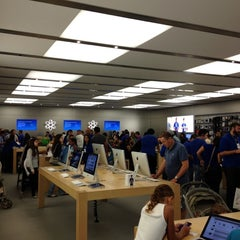 Photo taken at Apple Store, Dadeland by Brandon R. on 8/18/2012