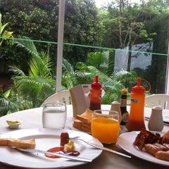 Photo taken at ห้องอาหาร @Es-ta-te Resort เขาเขียว by 🌴W🅰S🚏N ✨. on 4/1/2012
