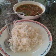 Photo taken at หน่อย ขาหมูตลาดค่าย by สิริพงศ์ บ. on 4/3/2012