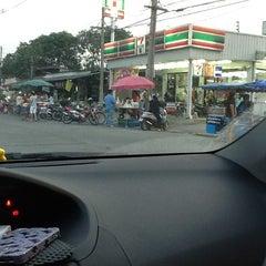 Photo taken at 7 ELEVEN ม. รามอินทรานิเวศน์ by patra on 3/27/2012