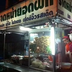 Photo taken at ราดหน้ายอดผักหมูหมัก ลาดพร้าว 71 by ╭♥ŠůÞ。Ÿ⭕♥╮ Ÿ. on 5/7/2012