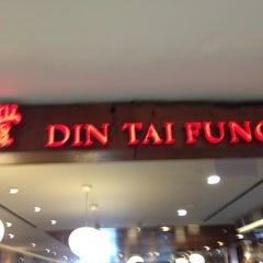Photo taken at Din Tai Fung 鼎泰豐 by Jo-lynn T. on 5/13/2012