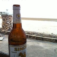 Photo taken at PN Seafood & Resort (พีเอ็น ซีฟู้ด แอนด์ รีสอร์ท) by Zippa P. on 4/30/2012