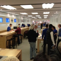 Photo taken at Apple Store, Brent Cross by Graham W. on 3/17/2012