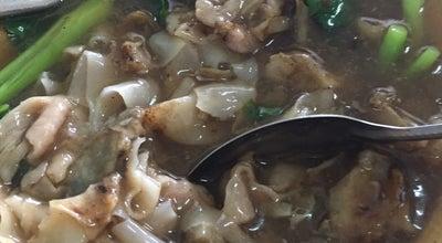Photo of Diner เจ๊ซิ้ม ราดหน้าหม้อดินยอดผัก at Muang Chumporn, Chumporn, Thailand