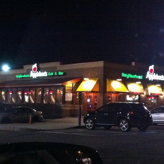 Photo taken at Applebee's by xǝlɐ  on 3/21/2011