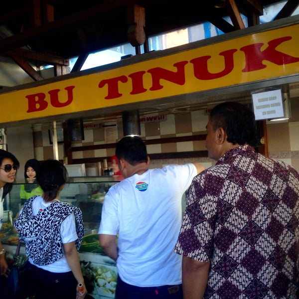 Photo taken at Nasi Pecel Bu Tinuk by Roni R. on 3/26/2016